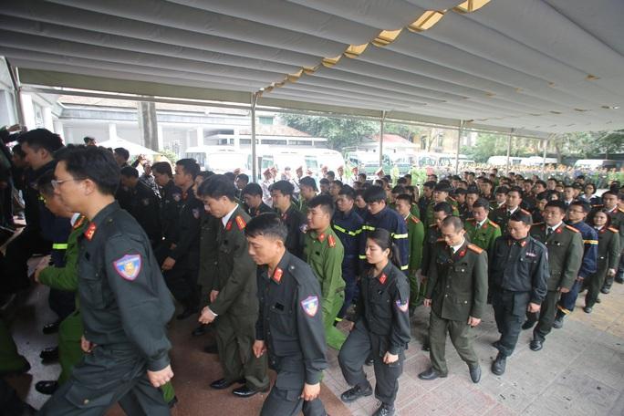 Thủ tướng Nguyễn Xuân Phúc viếng 3 liệt sĩ công an hy sinh tại xã Đồng Tâm - Ảnh 25.