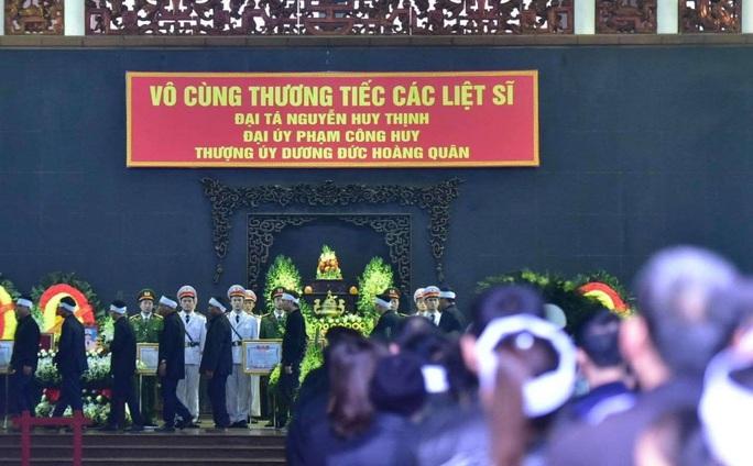 Thủ tướng Nguyễn Xuân Phúc viếng 3 liệt sĩ công an hy sinh tại xã Đồng Tâm - Ảnh 28.