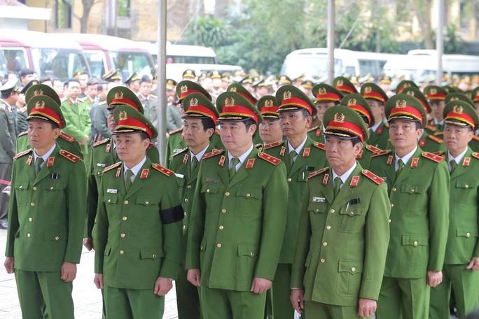 Thủ tướng Nguyễn Xuân Phúc viếng 3 liệt sĩ công an hy sinh tại xã Đồng Tâm - Ảnh 17.
