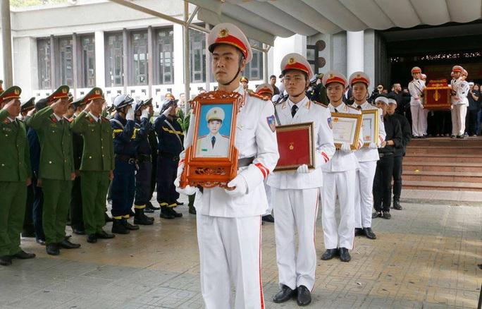 Xúc động tiễn biệt 3 liệt sĩ hy sinh khi làm nhiệm vụ tại xã Đồng Tâm - Ảnh 12.