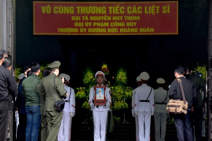 Xúc động tiễn biệt 3 liệt sĩ hy sinh khi làm nhiệm vụ tại xã Đồng Tâm - Ảnh 6.