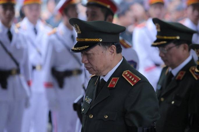 Thủ tướng Nguyễn Xuân Phúc viếng 3 liệt sĩ công an hy sinh tại xã Đồng Tâm - Ảnh 9.