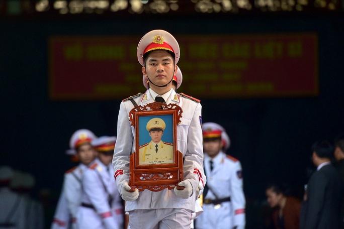 Xúc động tiễn biệt 3 liệt sĩ hy sinh khi làm nhiệm vụ tại xã Đồng Tâm - Ảnh 8.