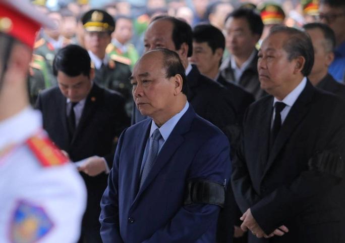 Thủ tướng Nguyễn Xuân Phúc viếng 3 liệt sĩ công an hy sinh tại xã Đồng Tâm - Ảnh 6.