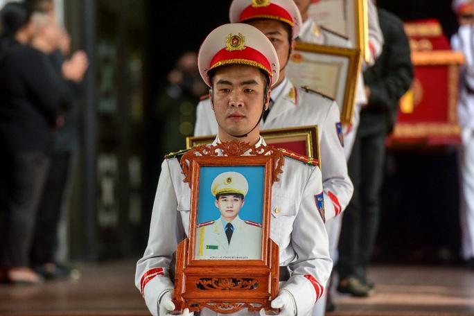 Xúc động tiễn biệt 3 liệt sĩ hy sinh khi làm nhiệm vụ tại xã Đồng Tâm - Ảnh 10.