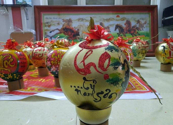 Thầy giáo vẽ tranh quê hương, chữ thư pháp đẹp hút mắt lên trái cây phục vụ Tết - Ảnh 7.