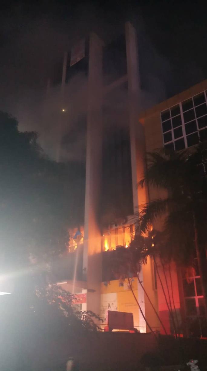 Cháy tòa nhà dầu khí ở TP Thanh Hóa, 1 người tử vong, nhiều người bị thương - Ảnh 4.