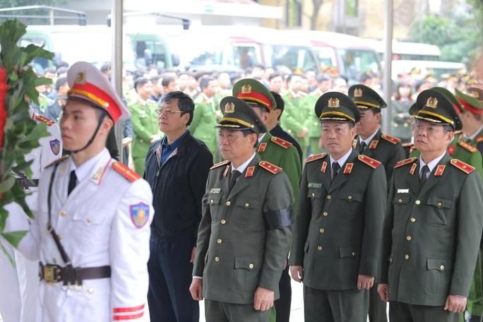 Thủ tướng Nguyễn Xuân Phúc viếng 3 liệt sĩ công an hy sinh tại xã Đồng Tâm - Ảnh 18.