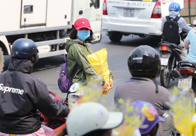 Đường vào sân bay Tân Sơn Nhất nghẹt cứng, ngàn người nháo nhào - Ảnh 9.