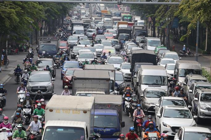 Đường vào sân bay Tân Sơn Nhất nghẹt cứng, ngàn người nháo nhào - Ảnh 1.