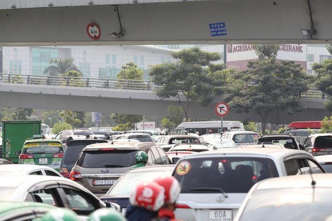 Đường vào sân bay Tân Sơn Nhất nghẹt cứng, ngàn người nháo nhào - Ảnh 3.