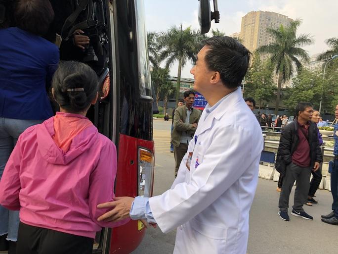Clip: Giám đốc Bệnh viện K hoà giọng tiễn bệnh nhân ung thư về quê ăn Tết - Ảnh 12.