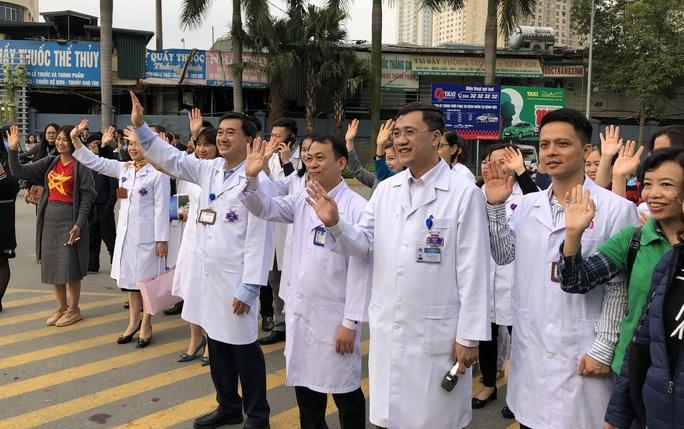 Clip: Giám đốc Bệnh viện K hoà giọng tiễn bệnh nhân ung thư về quê ăn Tết - Ảnh 13.