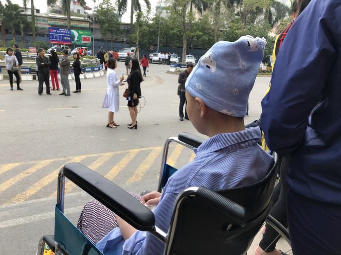 Clip: Giám đốc Bệnh viện K hoà giọng tiễn bệnh nhân ung thư về quê ăn Tết - Ảnh 14.