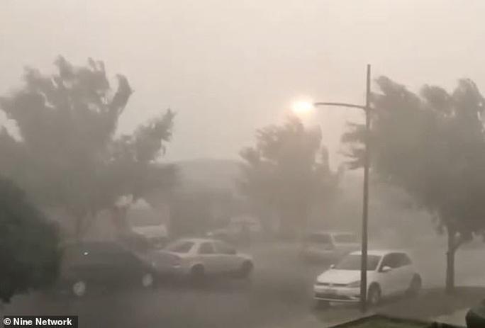 Bom mưa giúp dập tắt cháy rừng, Úc vừa mừng vừa lo - Ảnh 1.