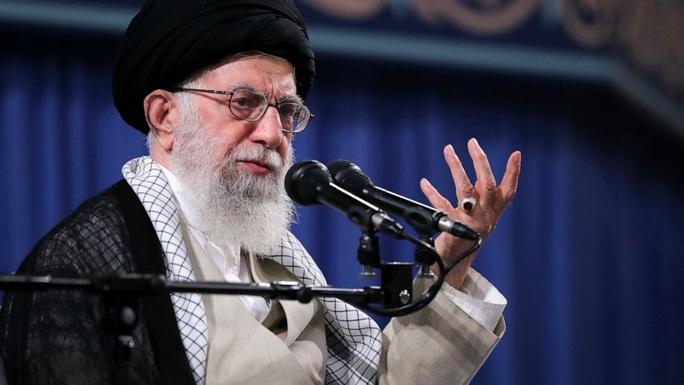 Lãnh tụ Iran gọi ông Trump là chú hề đâm lén sau lưng - Ảnh 1.