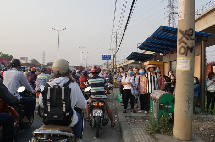Kinh hoàng cảnh kẹt xe trên mọi ngả đường khu Đông TP HCM - Ảnh 10.