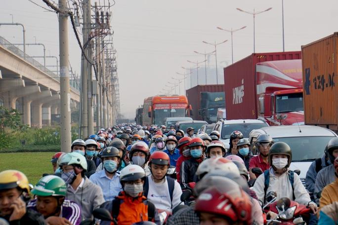 Kinh hoàng cảnh kẹt xe trên mọi ngả đường khu Đông TP HCM - Ảnh 4.
