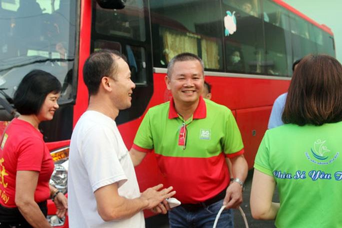 Công nhân Công ty CP Sài Gòn Food về quê đón Tết bằng xe chất lượng cao - Ảnh 1.