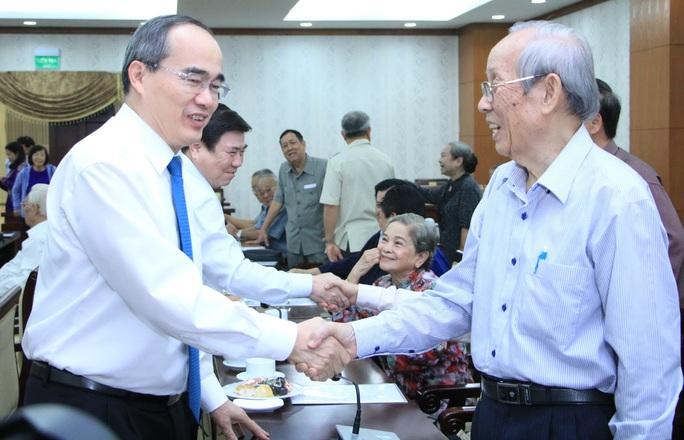 TP HCM gặp gỡ cán bộ cao cấp nghỉ hưu - Ảnh 1.