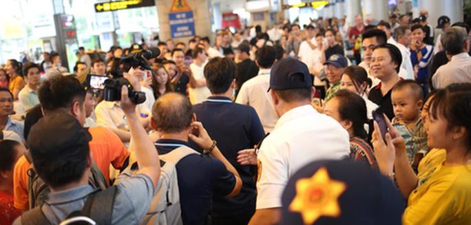 HLV Park Hang-seo nhận nhiều chia sẻ từ người hâm mộ trong ngày trở về TP HCM - Ảnh 2.