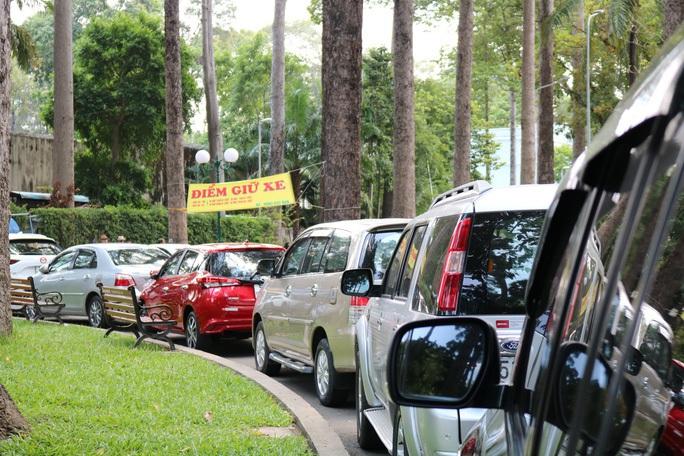 Chơi Tết tại trung tâm TP HCM, gửi xe ở đâu tránh bị chặt chém? - Ảnh 1.