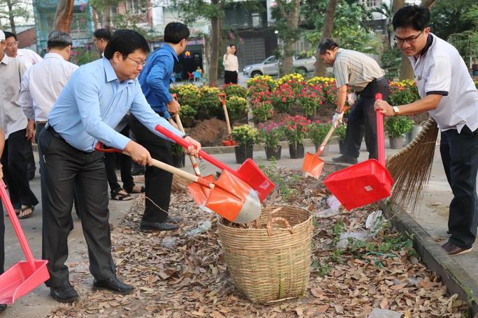 TP HCM đồng loạt ra quân làm sạch môi trường - Ảnh 7.