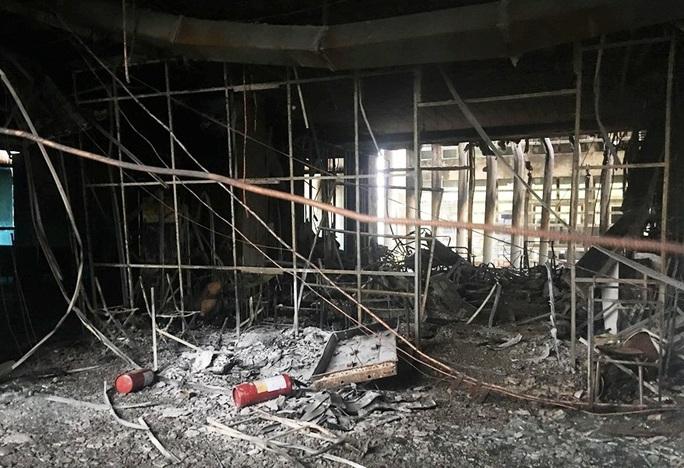 Hiện trường vụ cháy tòa nhà dầu khí Thanh Hóa khiến 2 người chết, 13  người bị thương - Ảnh 11.
