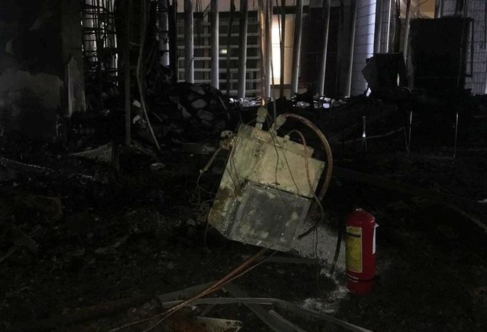Hiện trường vụ cháy tòa nhà dầu khí Thanh Hóa khiến 2 người chết, 13  người bị thương - Ảnh 9.