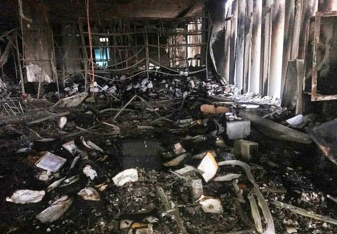 Hiện trường vụ cháy tòa nhà dầu khí Thanh Hóa khiến 2 người chết, 13  người bị thương - Ảnh 1.