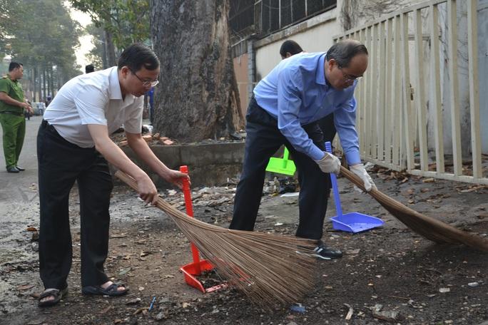 TP HCM đồng loạt ra quân làm sạch môi trường - Ảnh 1.