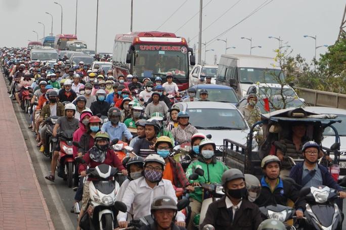 Ngộp thở về nhà trên các ngả đường quanh Bến xe Miền Đông - Ảnh 3.