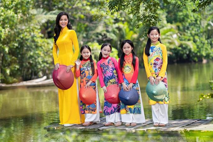 Thướt tha, duyên dáng áo dài du xuân của sao Việt - Ảnh 1.