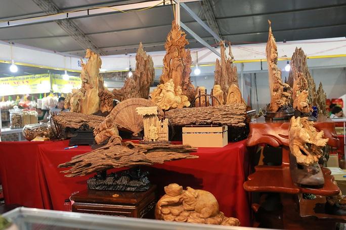 Hoài Linh và con gái nuôi bán trầm hương hội chợ hoa - Ảnh 2.