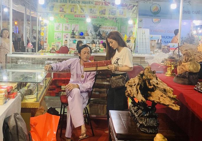 Hoài Linh và con gái nuôi bán trầm hương hội chợ hoa - Ảnh 1.