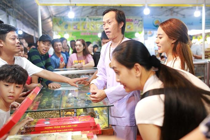 Hoài Linh và con gái nuôi bán trầm hương hội chợ hoa - Ảnh 3.