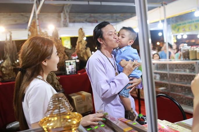 Hoài Linh và con gái nuôi bán trầm hương hội chợ hoa - Ảnh 9.