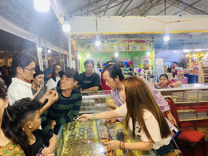 Hoài Linh và con gái nuôi bán trầm hương hội chợ hoa - Ảnh 5.