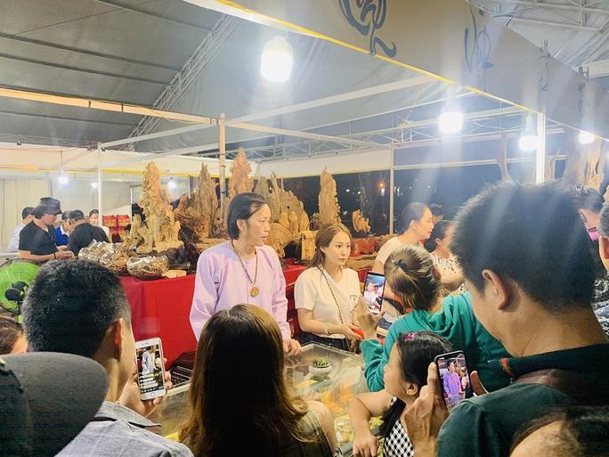 Hoài Linh và con gái nuôi bán trầm hương hội chợ hoa - Ảnh 4.