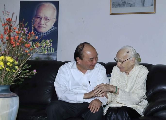 Thủ tướng chúc Tết gia đình các vị nguyên lãnh đạo Đảng và Nhà nước - Ảnh 1.