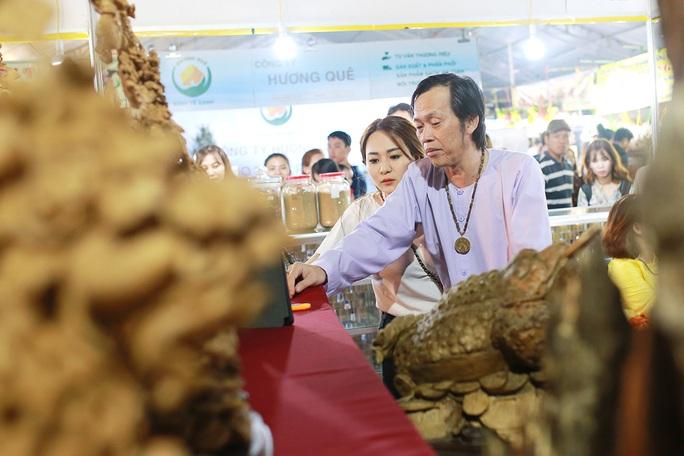 Hoài Linh và con gái nuôi bán trầm hương hội chợ hoa - Ảnh 7.