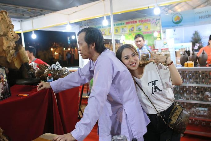 Hoài Linh và con gái nuôi bán trầm hương hội chợ hoa - Ảnh 6.