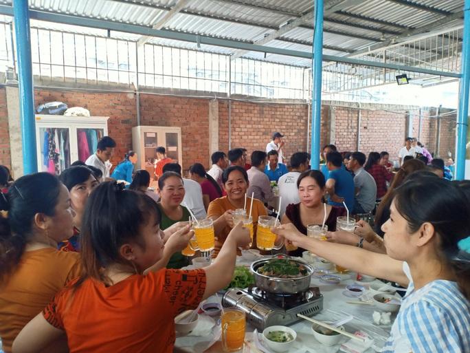 Tổ chức tiệc tất niên cho công nhân ở trọ  - Ảnh 4.