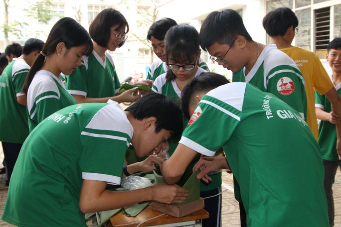 Học sinh tất bật nấu bánh chưng tặng người nghèo - Ảnh 3.