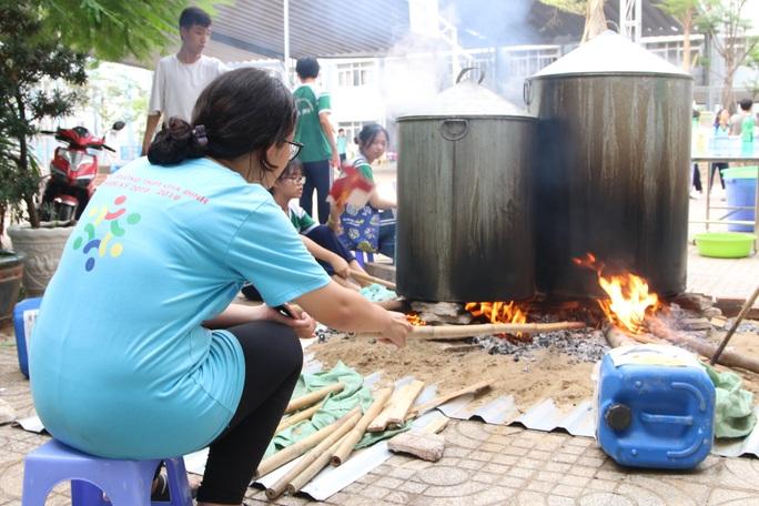 Học sinh tất bật nấu bánh chưng tặng người nghèo - Ảnh 6.