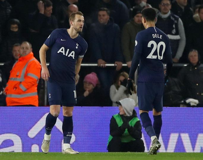 HLV Mourinho nói gì khi bị trọng tài phạt thẻ? - Ảnh 2.