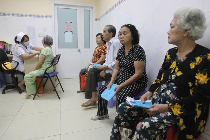 Năm 2020, 100% người cao tuổi và người khuyết tật có thẻ BHYT - Ảnh 1.
