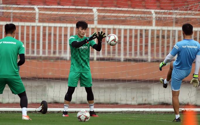 Bùi Tiến Dũng nói gì khi có thể mất suất bắt chính vào tay Văn Toản ở U23 châu Á? - Ảnh 2.