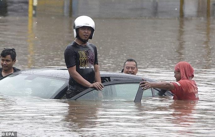 Jakarta: Mưa không bình thường một đêm, 16 người chết - Ảnh 1.