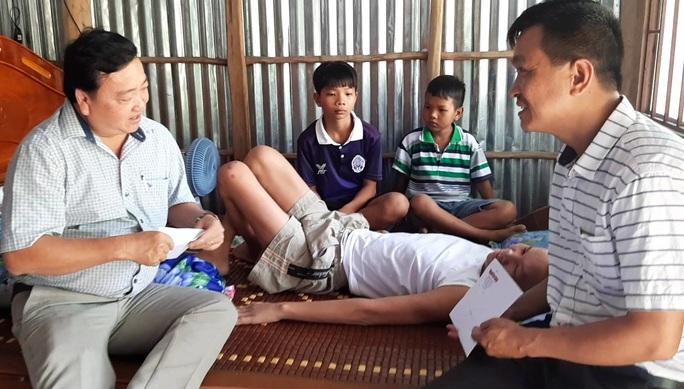 Vượt gần 400 km để giúp đỡ gia đình em học sinh nghèo gặp biến cố - Ảnh 2.